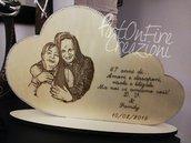 Targa cuore da appoggio in legno con dedica e foto incisa personalizzata