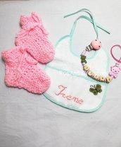 Set nascita portaciuccio, bavaglino ricamato e Scarpine di lana fatti a mano
