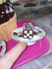 alzatina decorativa con torta a scacchi