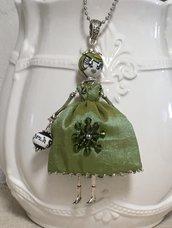 Collana dolls di ceramica dipinta di Deruta con vestito di shuntung di seta verde e swaroski.