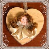 Angioletto su cuore di legno realizzato a mano