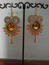 Orecchini pendenti con rivoli color oro