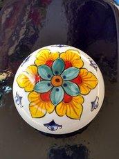 Scatolina tonda di ceramica dipinta