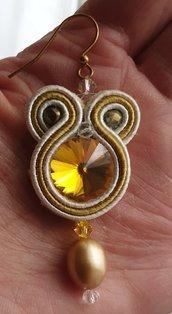 Orecchini pendenti con rivoli color oro e perla d'acqua dolce