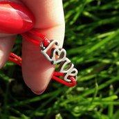 Bracciale di corda con pendente charm in argento LOVE, fatto a mano