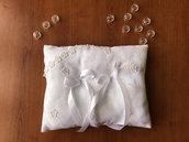 Cuscino nuziale bianco con fiori