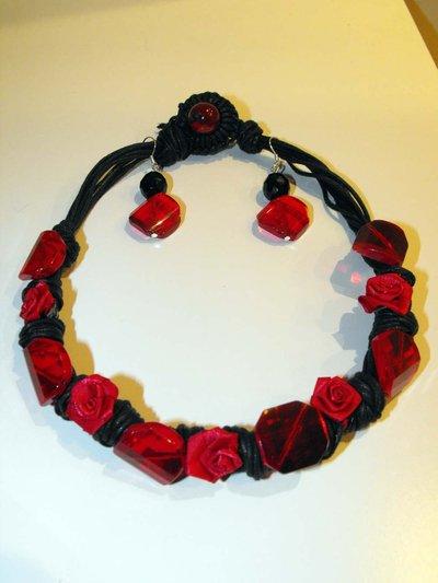 collana corda nera, resina e fiori rossi