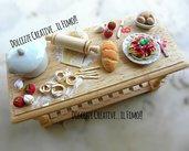 Mobiletto - Tavola - Dollhouse 1:12 - preparazione tagliatelle all'uovo con salsa di pomodoro - pane, mattarello, aglio, piatto ecc