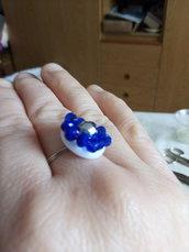 Anello argentato e blu