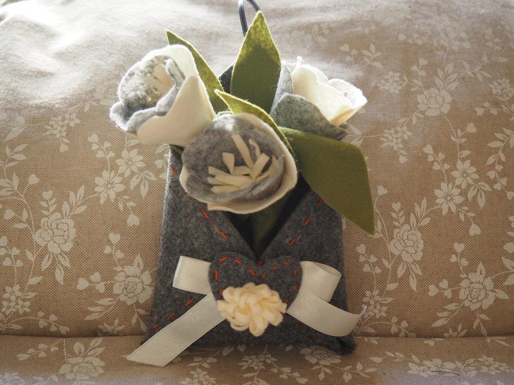 cestino in feltro con fiori,fuori porta,decorazione