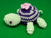 Tartaruga amigurumi verde e viola con fiorellino rosa