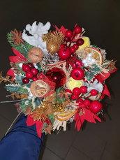 Piccolo cesto di frutta e fiori natalizio