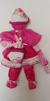 Originale bambolina formata da asciugapiatti di spugna sui colori rosa/fucsia e presine di cotone decorata con delicato pizzo ricamato.