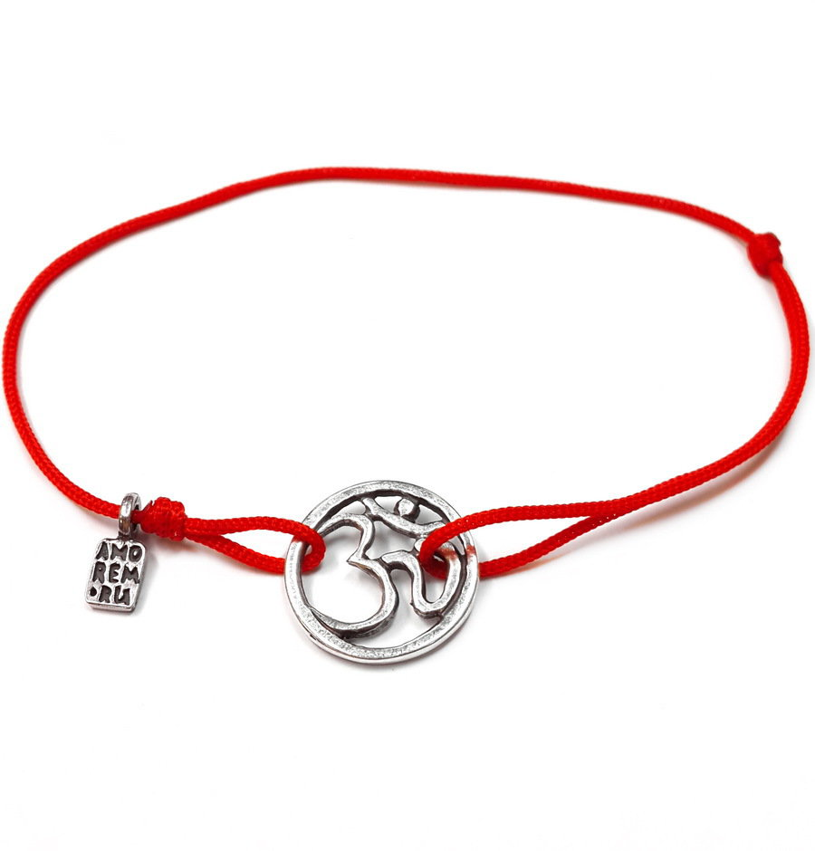Bracciale di corda con pendente charm in argento Segno OM, fatto a mano