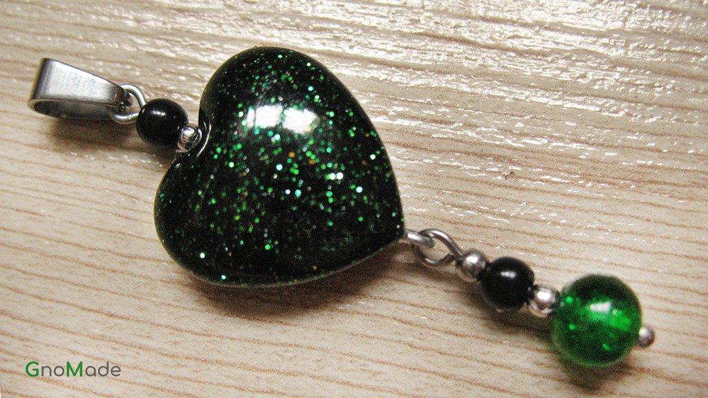 CIONDOLO HEARTS 10 - cuore nero con glitter verde oro nero + charm con perline - atossico e nichel free