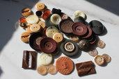 Sacco di bottoni vintage stile italiano tono marrone /beige, bottoni gioiello anni 1960s e 1970s, bottoni materiali vari, bottoni madreperla