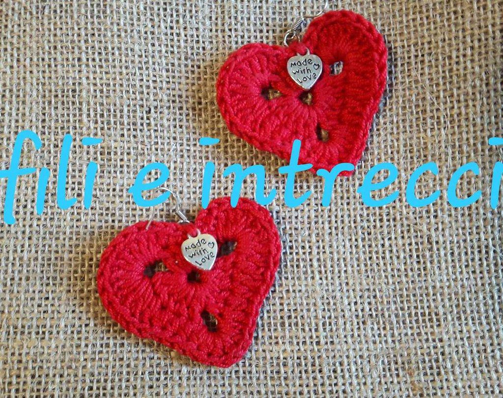 Orecchini a monachella con cuore rosso di cotone all'uncinetto
