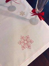 Runner natalizio con fiocchi di neve ricamati