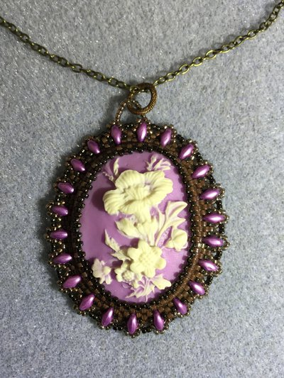 Ciondolo Cabochon in resina 30x40mm  colore viola e bianco incastonato