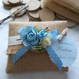 Bomboniera pacchettino in juta per battesimo bimbo con tondello di legno decorato con fiori azzurri stile country chic