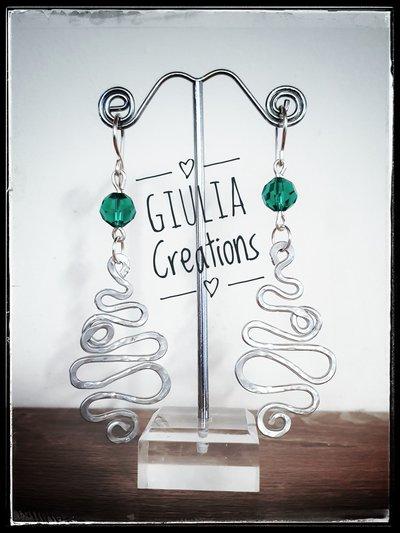 orecchini in filo d'alluminio e perline verdi