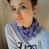 Collana in lana lila all'uncinetto
