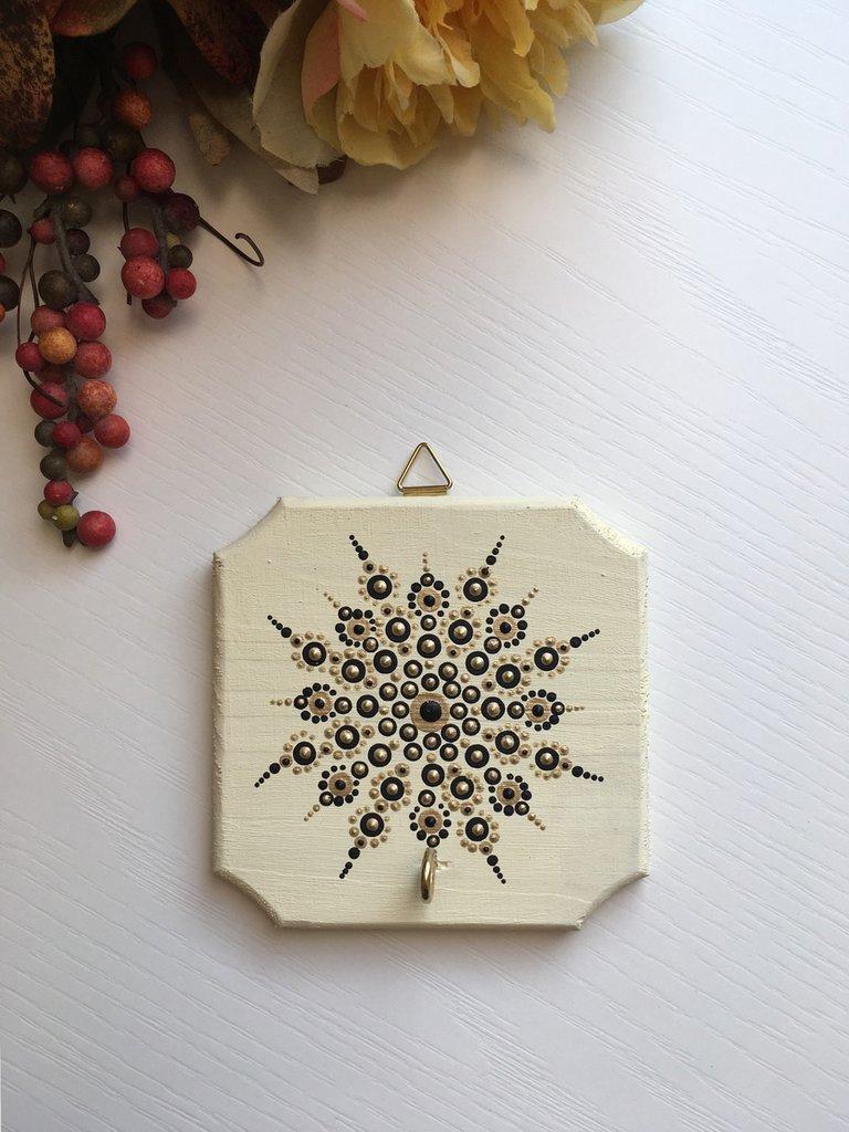 Portachiavi da parete di legno decorato con mandala dipinto a mano