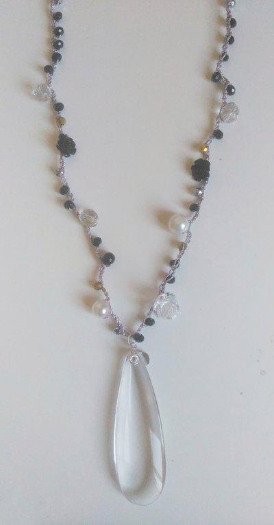 Collana lunga uncinetto grigia con cristalli perle roselline nere e ciondolo a goccia trasparente