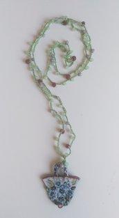 Collana lunga ad uncinetto con mezzi cristalli filato verde con ciondolo borsetta in resina