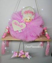 regalo compleanno, Decorazione cameretta, Bomboniera, Fiocco nascita Bambolina in tulle su altalena in legno