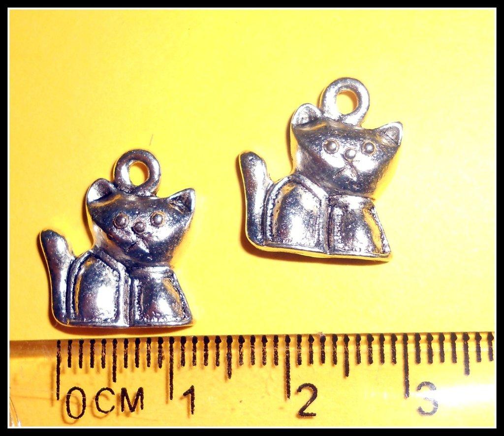 5 ciondoli a forma di gatto