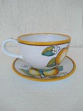 Tazza da cappuccino e piattino dipindi su ceramica
