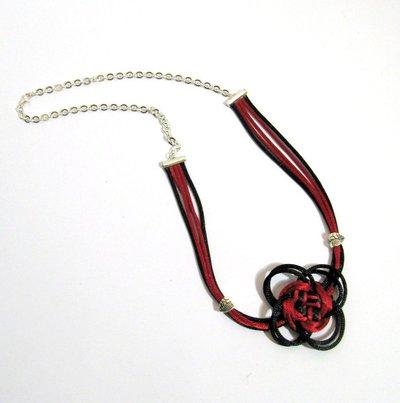 Collana con nodi e catena, cordoncino nero e rosso