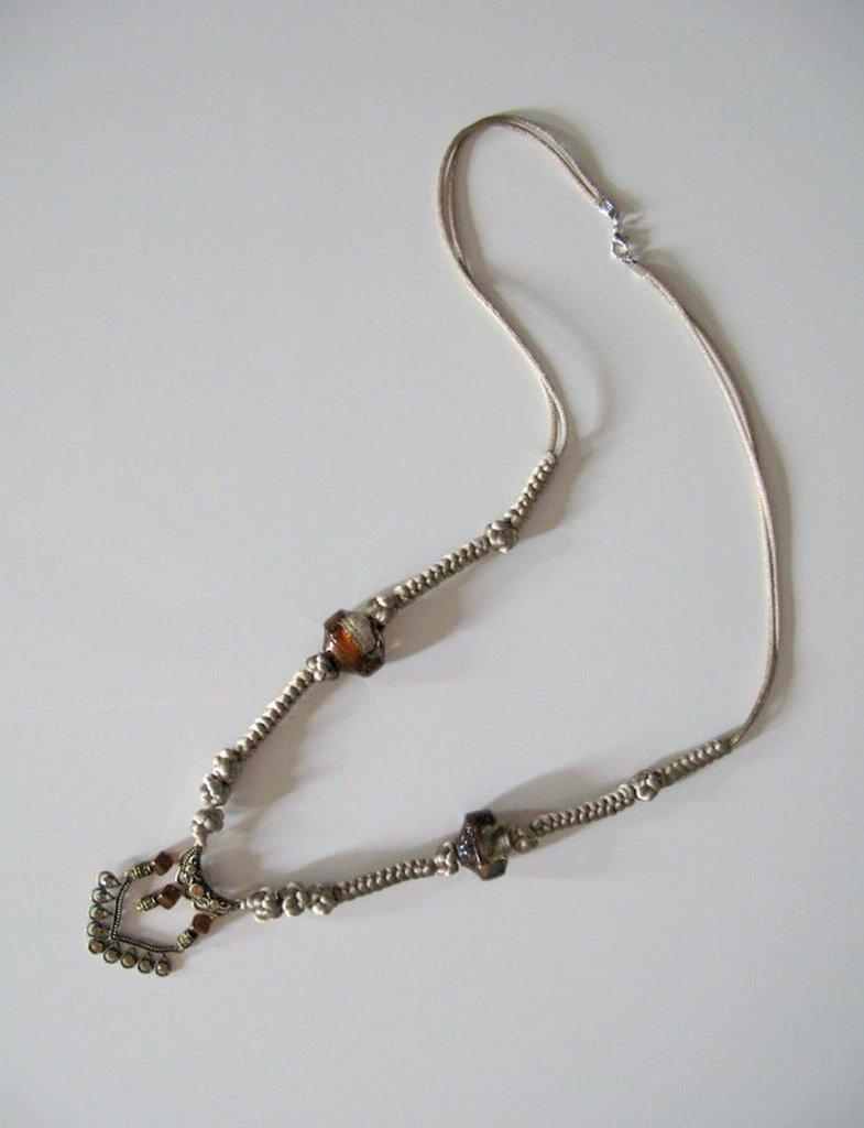 Collana lunga con  cordoncino intrecciato con nodi