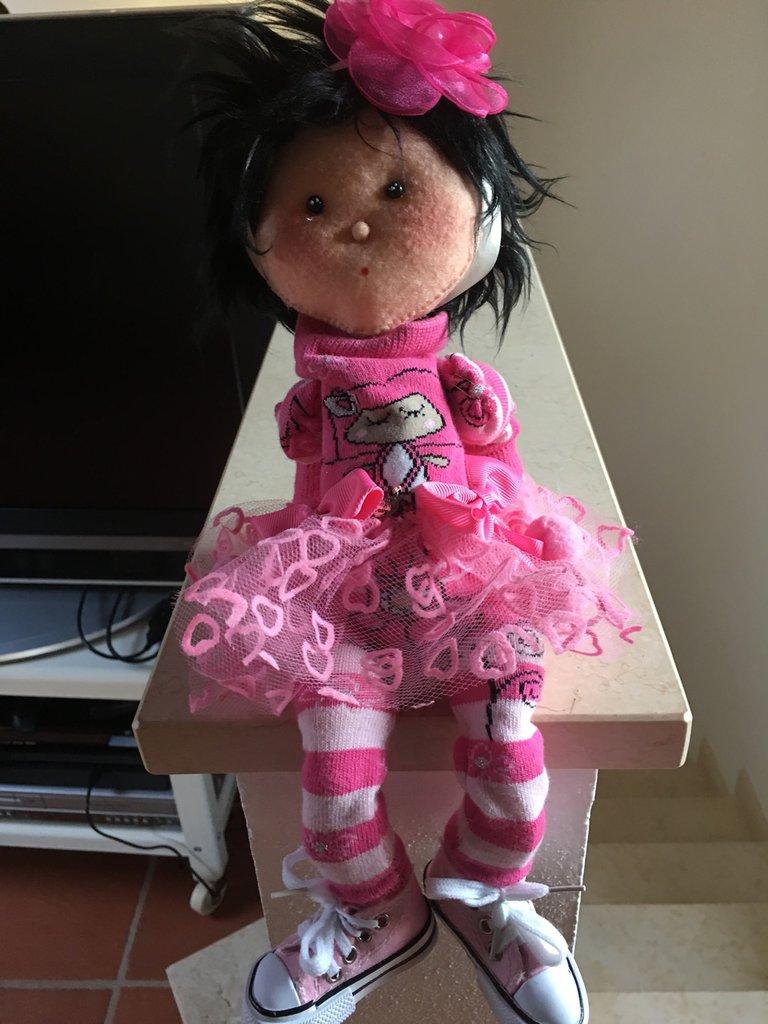 Bambola in pannolenci cucita a mano