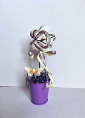 Vaso di fiori di stoffa, fiori profumati alla lavanda, vasetto di latta con Margherita
