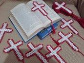 Segnalibro all'uncinetto Croce bomboniera con cordoncino e napina idea regalo