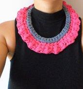 bavaglino in collana rosa e grigio