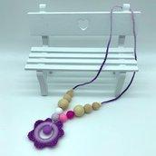 Collana da allattamento con perle di legno e in silicone e fiore fatto a mano all'uncinetto