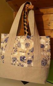 Borsa a spalla shopper bag in tessuto fatta a mano - Capiente con tasca esterna ed interna - Colore beige e fantasia fiori blu bianchi