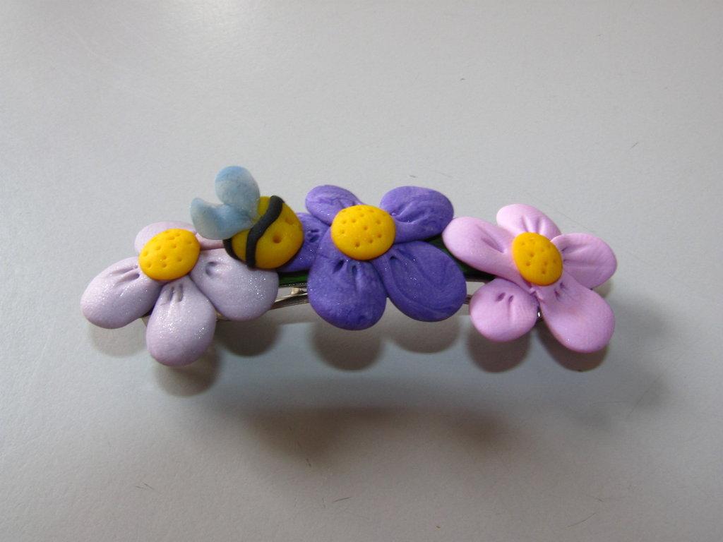 spilla con fiori e ape