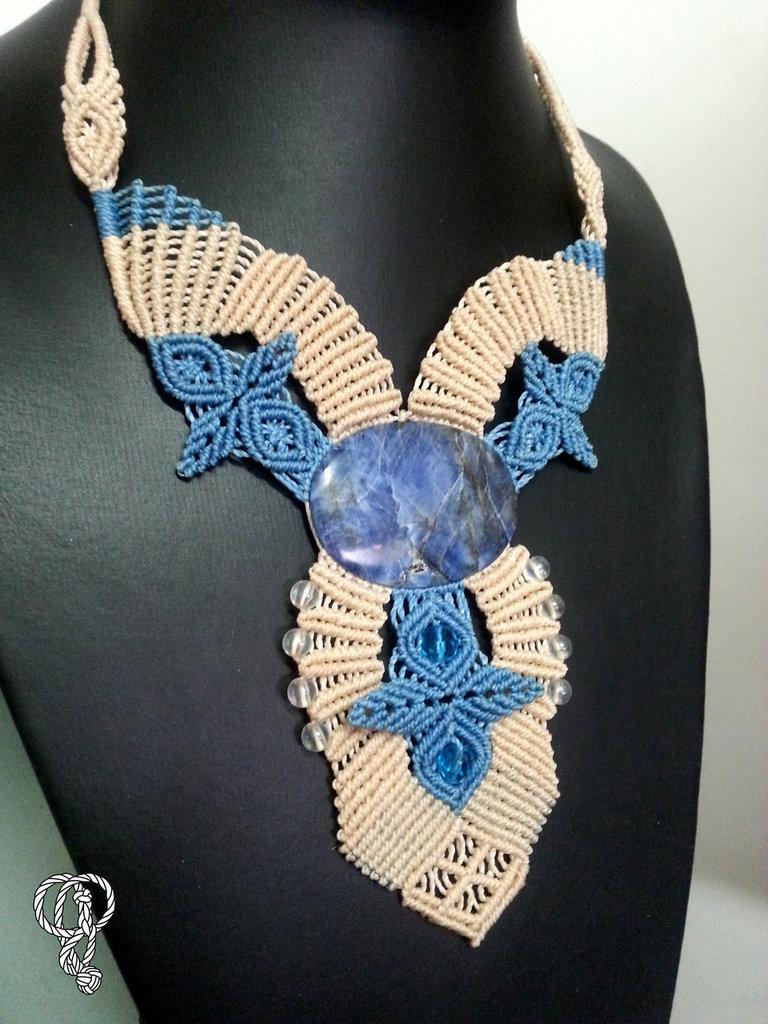 Collana macrame panna/azzurra con Lapislazzuli