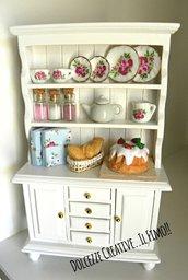 Vetrinetta in miniatura -credenza .mobile - Casa delle bambole- 1:12 pane, torta con fragole, caramelle, libri, teiera