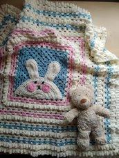Copertina fatta a mano neonato corredino regalo nascita battesimo coniglietto rosa celeste panna a uncinetto