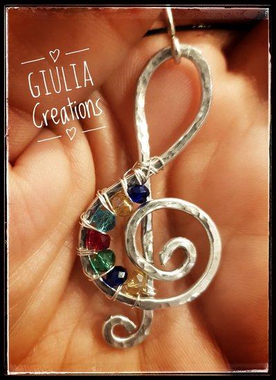 Chiave di violino in alluminio e perline colorate