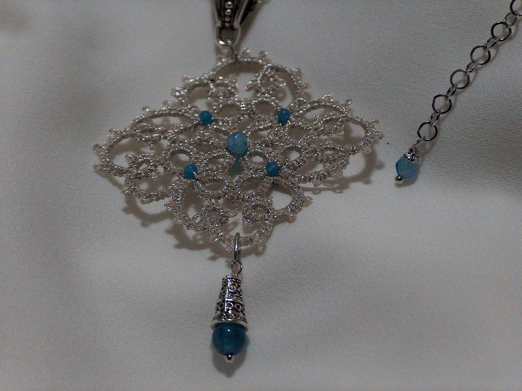 Ciondolo in pizzo chiacchierino color argento con pietre dure celesti fatto a mano in Firenze