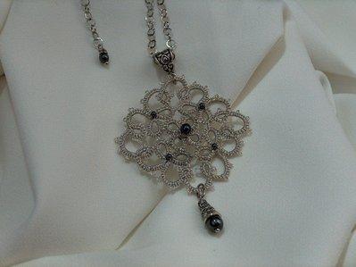 Ciondolo in pizzo chiacchierino color argento con perle di ematite fatto a mano in Firenze