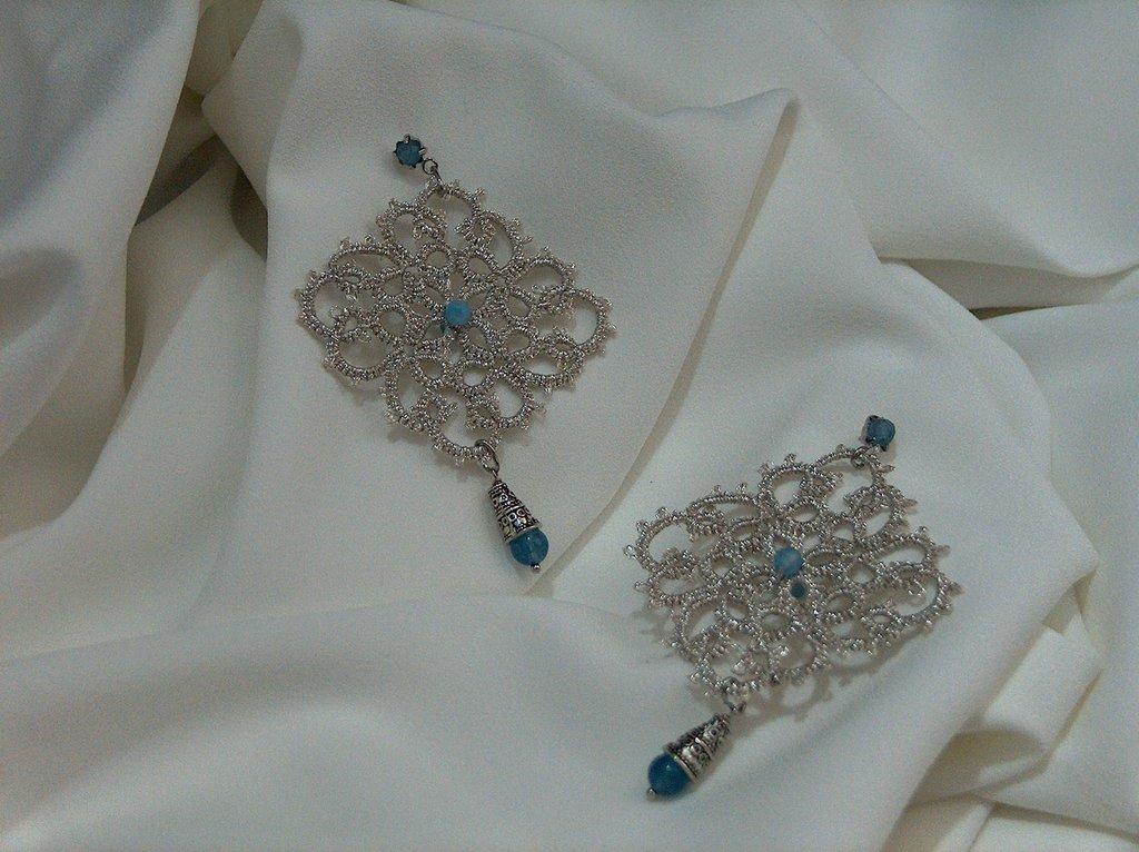 Orecchini in pizzo chiacchierino color argento con pietre dure celesti fatti a mano in Firenze