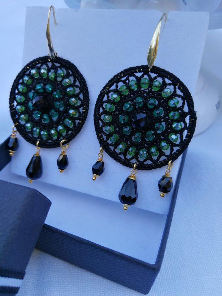 Orecchini tondi uncinetto neri e verdi su base color oro. scatola inclusa