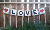 """Festone decorativo """"Love"""",matrimonio originale,confettata,decorazioni san valentino,cuori rossi,matrimonio tema cuori,nozze,tavolo confetti,personalizzato,banner"""